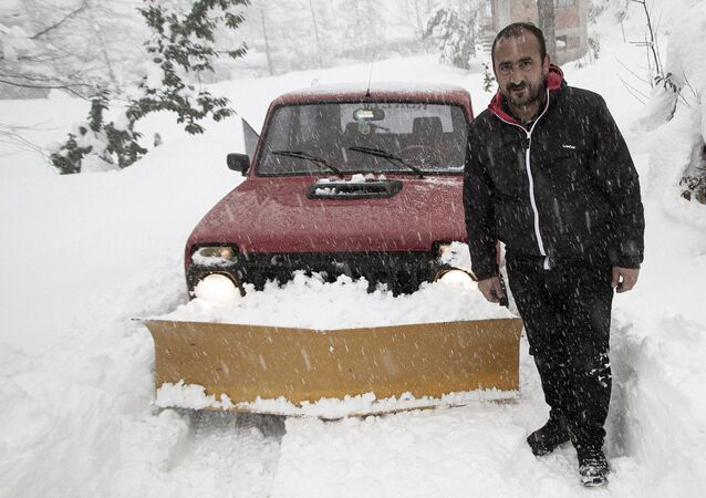 Rize'nin Çayeli ilçesinde Muhtar Yaşar Taş, kar nedeniyle kapanan köy yollarını, aracının önüne taktığı kar küreme tarağı ile açıyor.