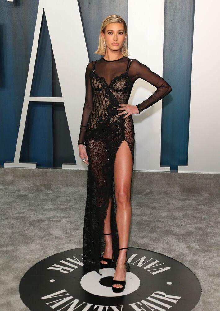 Şarkıcı Justin Bieber'in eşi model Hailey Bieber, Vanity Fair Oscar partisinde.