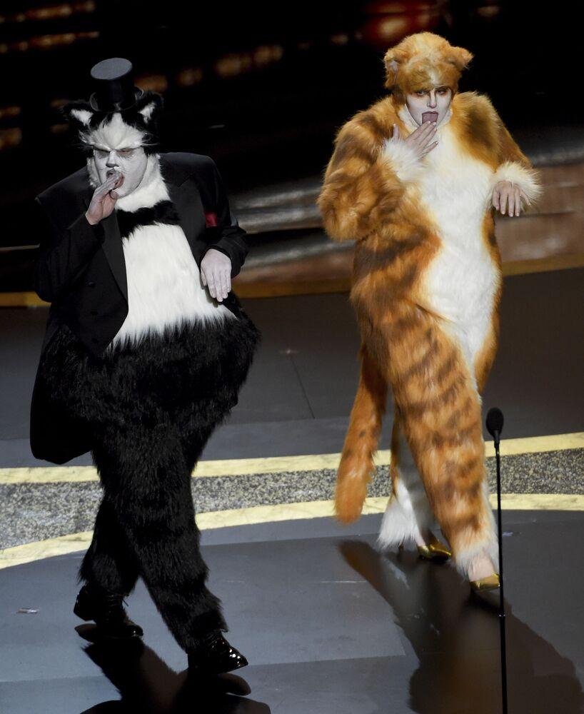 En İyi Görsel Efekt Ödülünü takdim eden oyuncular James Corden (solda) ve Rebel Wilson, kedi köstümleriyle dikkat çekti.