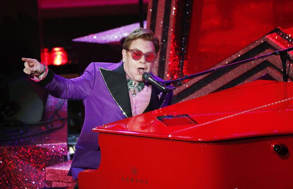Oscar Ödül Töreni'nde  sahne alan  ünlü şarkıcı ve besteci Elton John