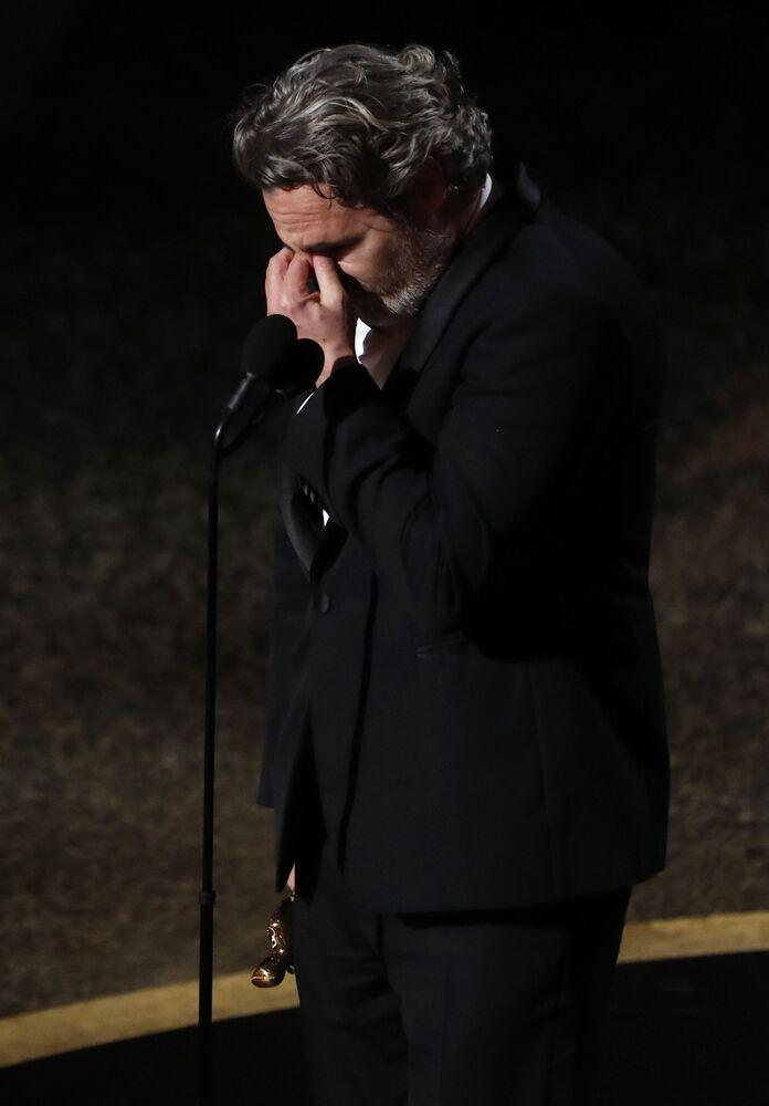 'Joker' filminin başrol oyuncusu Joaquin Phoenix 'En İyi Erkek Oyuncu' ödülünün sahibi oldu.  Phoenix, konuşmasını rahmetli kardeşi River Phoenix yazdığı şiirden Kurtuluşa sevgiyle koşun ve barış sizi takip edecek sözleriyle noktaladı.