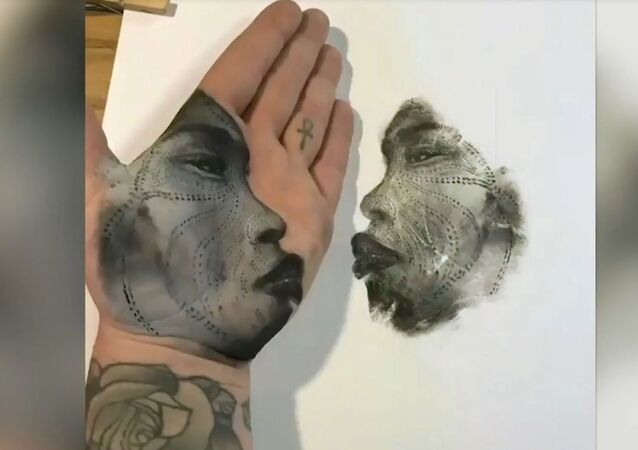 Kaliforniyalı sanatçı, avuç içiyle tablolar yapıyor
