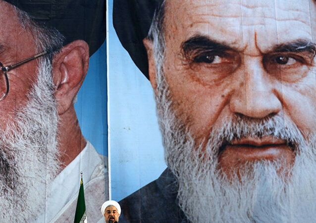 Ruhani, Hamaney ile Humeyni posterleri önünde konuşurken