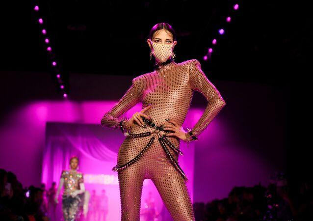 The Blonds'un tasarımcıları, farklı materyalleri, zincir ve kumaşları kullandıkları kıyafetleriyle ünlü.