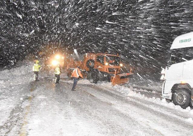 Trabzon Gümüşhane kara yolu Zigana Dağı mevkisinde çığ düştü
