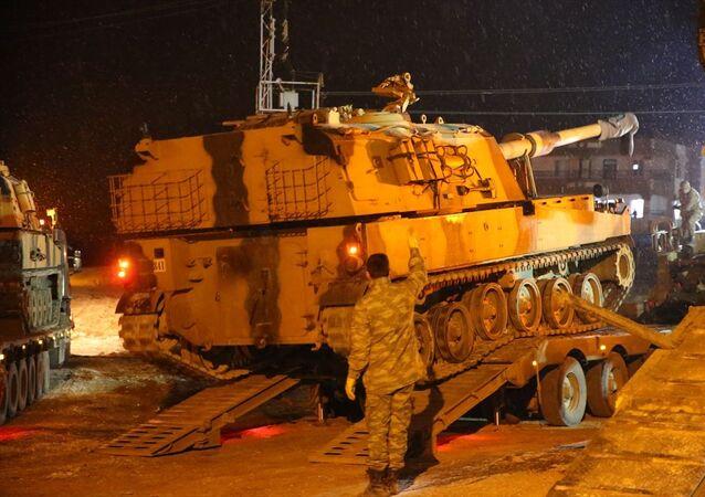 Türk Silahlı Kuvvetleri (TSK), İdlib'deki gözlem noktalarına sınırdaki yoğun kar yağışı altında obüs ve komando sevk etti.Burada askeri personeller tarafından tırlardan indirilen obüsler, İdlib'deki gözlem noktalarına gönderilmek üzere sınır birliklerine yönlendirildi.