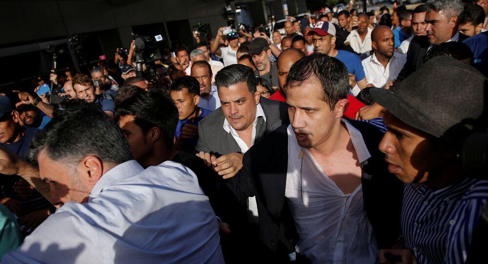 Venezüella'da kendini geçici devlet başkanı ilan eden muhalif milletvekili Juan Guaido, yurt dışına çıkış yasağına rağmen 19 Ocak'ta ayrıldığı ülkeye dönüşünde tepkilerle karşılaştı.
