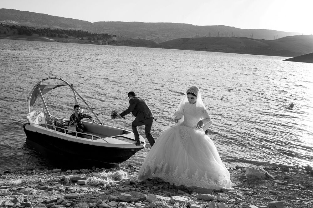 2020 Sony Dünya Fotoğrafçılık Ödülleri'nin Profesyonel Keşif  kategorisinde kısa listeye giren Türk fotoğrafçı Murat Yazar'ın A Short Tour Before the Ceremony  (Düğün Öncesi Kısa Bir Gezi) isimli  fotoğrafı, Irak'taki Dukan Gölü'nde çekildi.