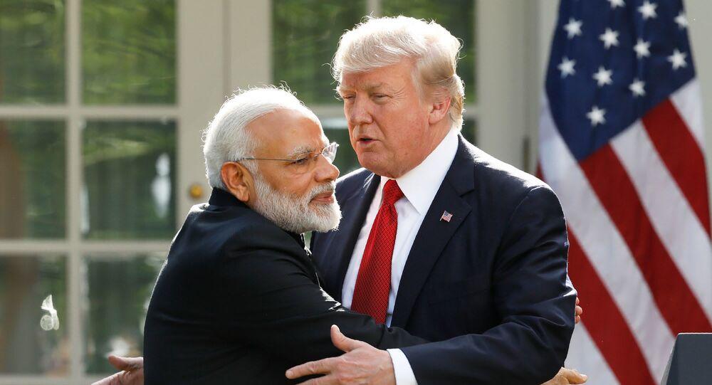 ABD Başkanı Donald Trump, Hindistan BaşbakanıNarendra Modi'yi Beyaz Saray'da ağırladığı sırada kucaklarken