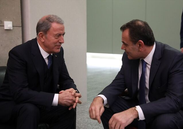 Milli Savunma Bakanı Hulusi Akar (solda), NATO Savunma Bakanları Toplantısı kapsamında geldiği NATO Karargahı'nda Yunanistan Savunma Bakanı Nikos Panagiotopoulos ile bir araya geldi.