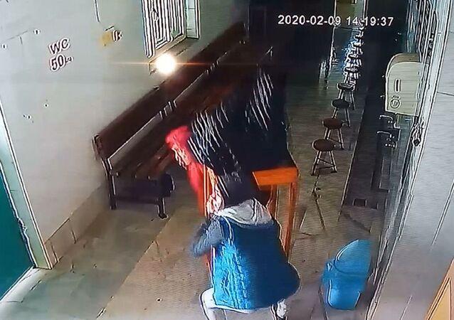 Bursa'da camideki yardım kutusunu masayla birlikte çaldıkları görüntü