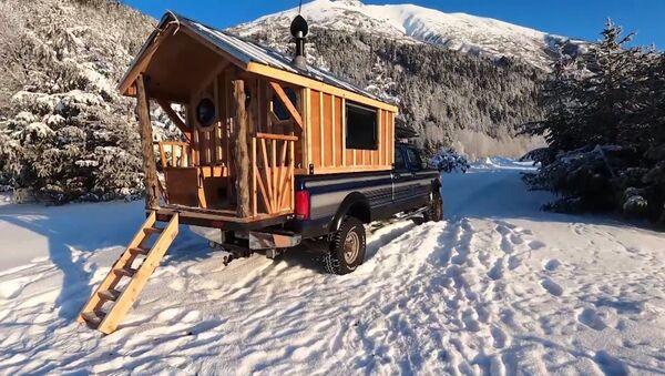 Alaskalı adam kamyonetini harika bir eve dönüştürdü - Sputnik Türkiye