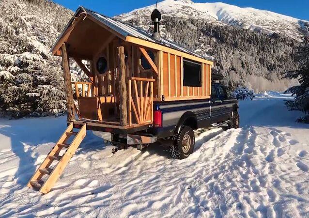 Alaskalı adam kamyonetini harika bir eve dönüştürdü