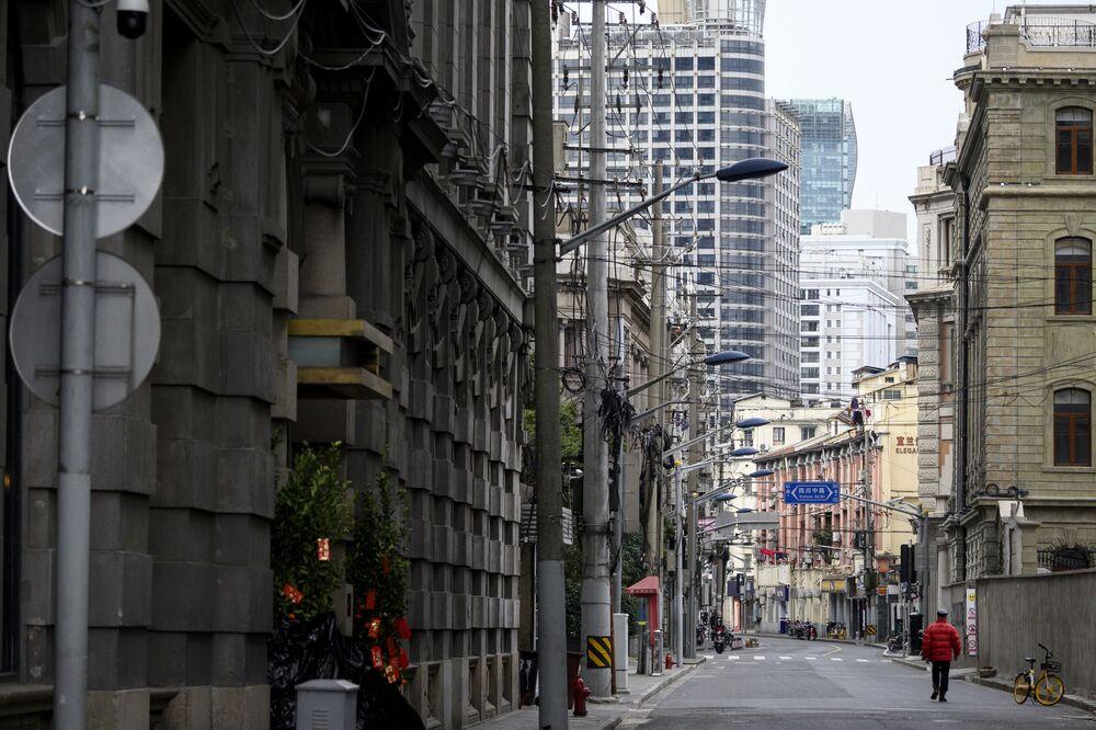 Ülkenin en aktif şehirlerinden Şanghay'da koronavirüs nedeniyle uygulanan bir karantina yok ancak tedirgin olan halkın büyük çoğunluğu sokağa çıkmıyor.