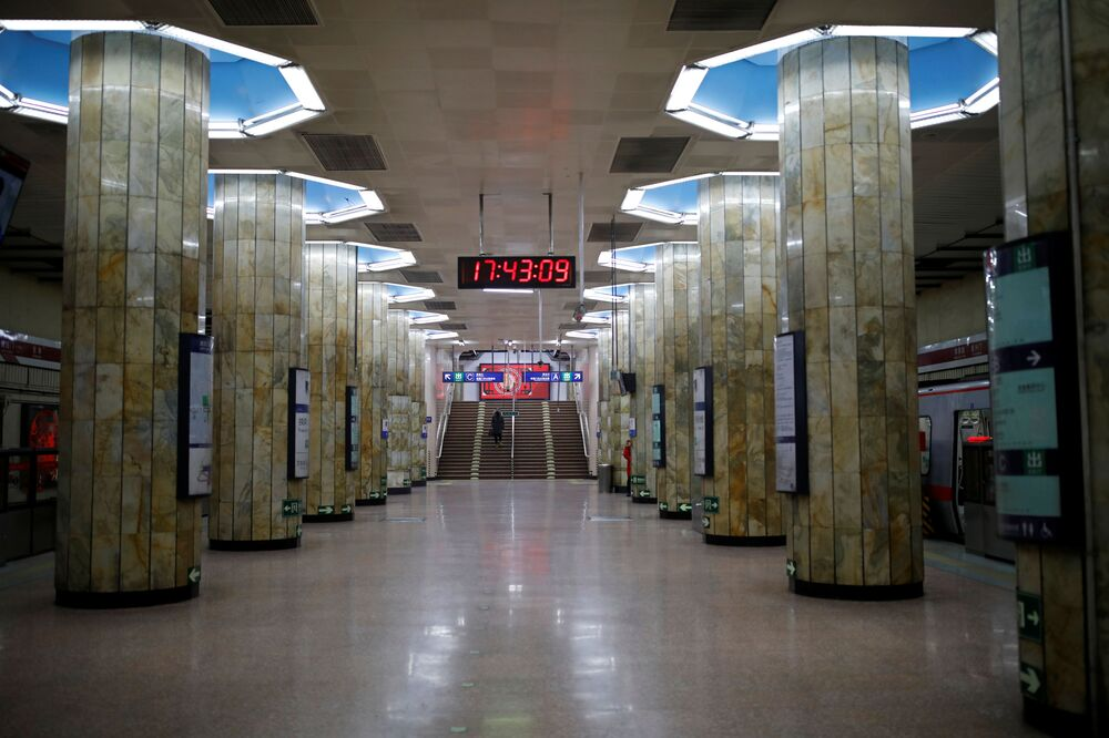 Koronavirüs korkusunun  etkisi altına aldığı Pekin'deki metrodan bir kare.