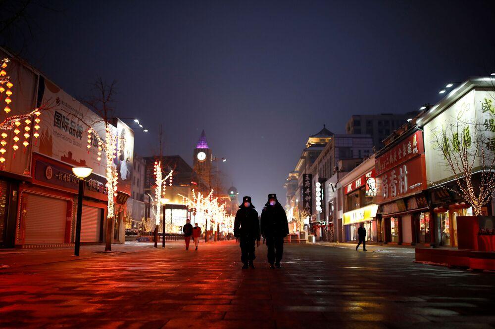 Pekin'de sokağa çıkanların yetkililerce durdurulup sağlık kontrolünden geçirildiği ve dışarı çıkma nedenlerinin araştırıldığı belirtildi.