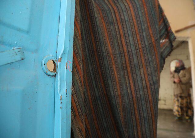 Diyarbakır'ın Sur İlçesi'nde dün sabah saatlerinde yaşlı çiftin evini basan polisler, tüm kapıları kırıp içeri girdikten sonra yanlış eve geldiklerini anladı. Yaşlı çift, kapılarının yapılarak mağduriyetlerinin giderilmesini istiyor.