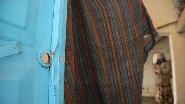 Diyarbakır'ın Sur İlçesi'nde dün sabah saatlerinde yaşlı çiftin evini basan polisler, tüm kapıları kırıp içeri girdikten sonra yanlış eve geldiklerini anladı. Yaşlı çift, kapılarının yapılarak mağduriyetlerinin giderilmesini istiyor. - Sputnik Türkiye