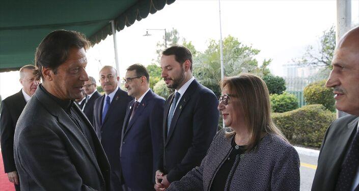 Türkiye Cumhurbaşkanı Recep Tayyip Erdoğan, Pakistan Başbakanı İmran Han tarafından resmi törenle karşılandı. Başbakanlık binasındaki resmi karşılama töreninde, iki ülke milli marşlarının çalınmasının ardından Cumhurbaşkanı Erdoğan tören kıtasını denetledi. Cumhurbaşkanı Erdoğan ve İmran Han daha sonra heyetlerini birbirlerine tanıttı.