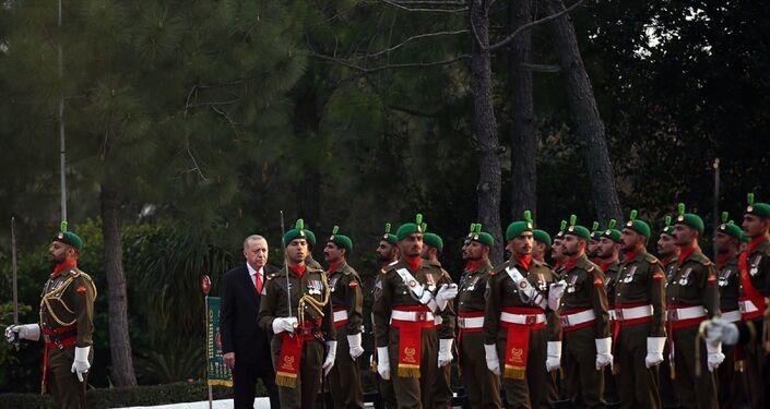 Türkiye Cumhurbaşkanı Recep Tayyip Erdoğan, Pakistan Başbakanı İmran Han tarafından resmi törenle karşılandı. Başbakanlık binasındaki resmi karşılama töreninde, iki ülke milli marşlarının çalınmasının ardından Cumhurbaşkanı Erdoğan tören kıtasını denetledi.