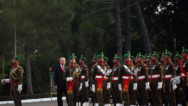 Türkiye Cumhurbaşkanı Recep Tayyip Erdoğan, Pakistan Başbakanı İmran Han tarafından resmi törenle karşılandı. Başbakanlık binasındaki resmi karşılama töreninde, iki ülke milli marşlarının çalınmasının ardından Cumhurbaşkanı Erdoğan tören kıtasını denetledi. - Sputnik Türkiye