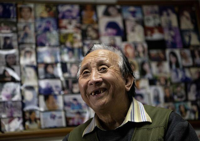 Evlilik, ataerkil toplumun temel taşıyken, zamanla gözden düştü ve Çin'deki doğum oranı 2018 yılında son 70 yılın en düşük düzeyini gördü. Ama Zhu insanların aşk arayışında değişen bir şey olmadığını söylerken bu yöndeki talepler telefonunu sık sık çaldırıyor. Pekin çöpçatanı, Anlamlı bir uğraş, o yüzden devam ettim diye açıklarken, bunun karlı bir iş olmadığını ve çocuklarının mali desteğiyle ayakta kaldığını ekliyor.