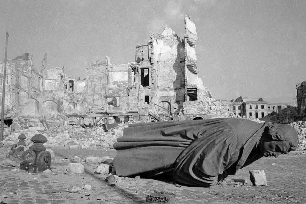 Bombardıman sırasında on binlerce kişi öldü, birçoğu yangın fırtınasında boğularak can verdi