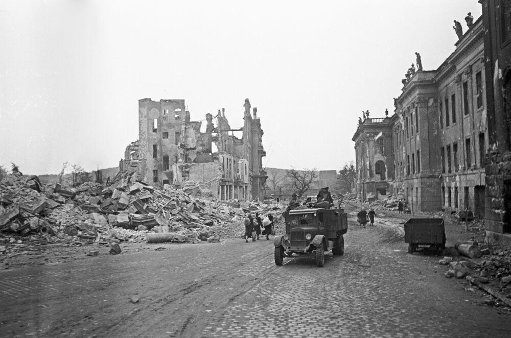 Bombardıman sonucu yıkılmış olan dünyaca ünlü Dresden Sanat Galerisi.