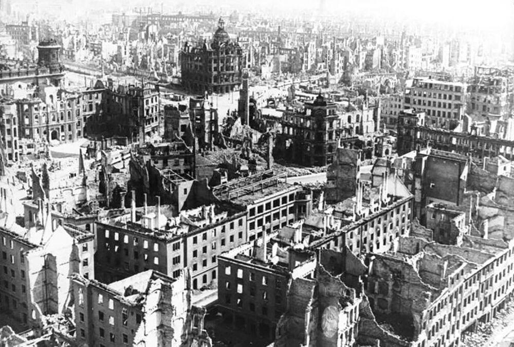 İngiliz ve Amerikan bombardımanından sonra Dresden'in çoğu yıkıldı.