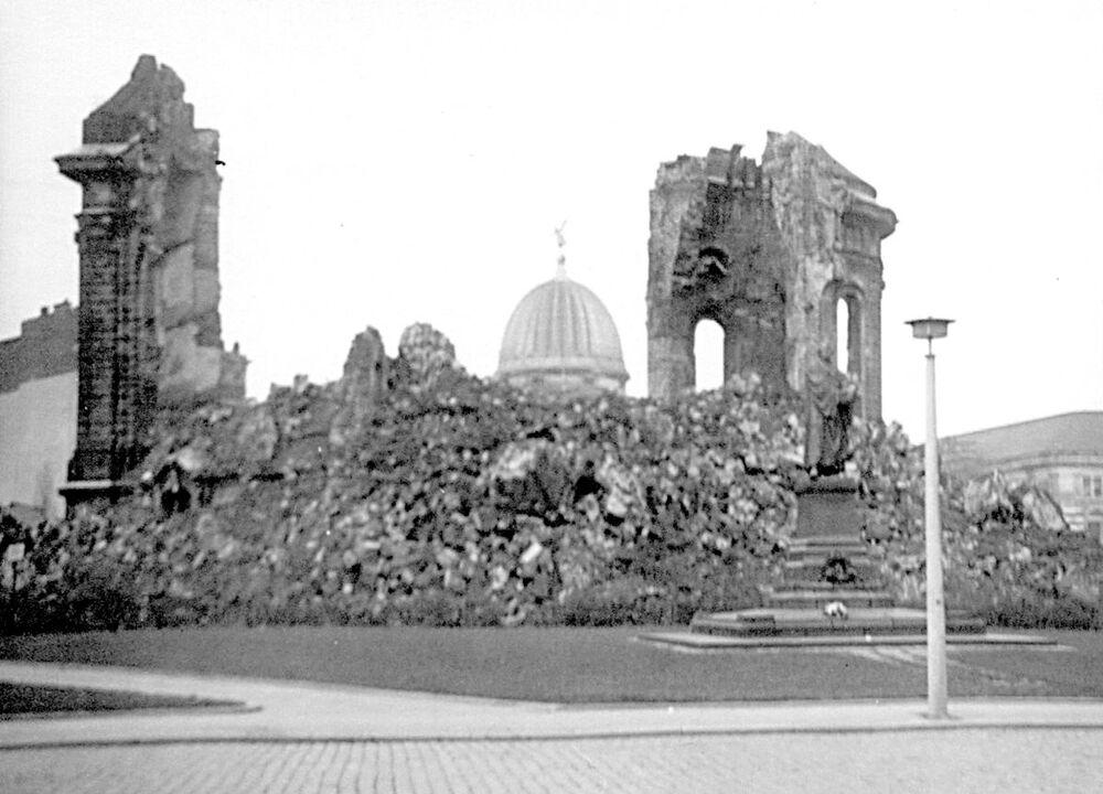 Doğu Almanya döneminde, Dresden'in büyük kısmı yıkık kaldı. Bu fotoğraf 1970'te çekildi.