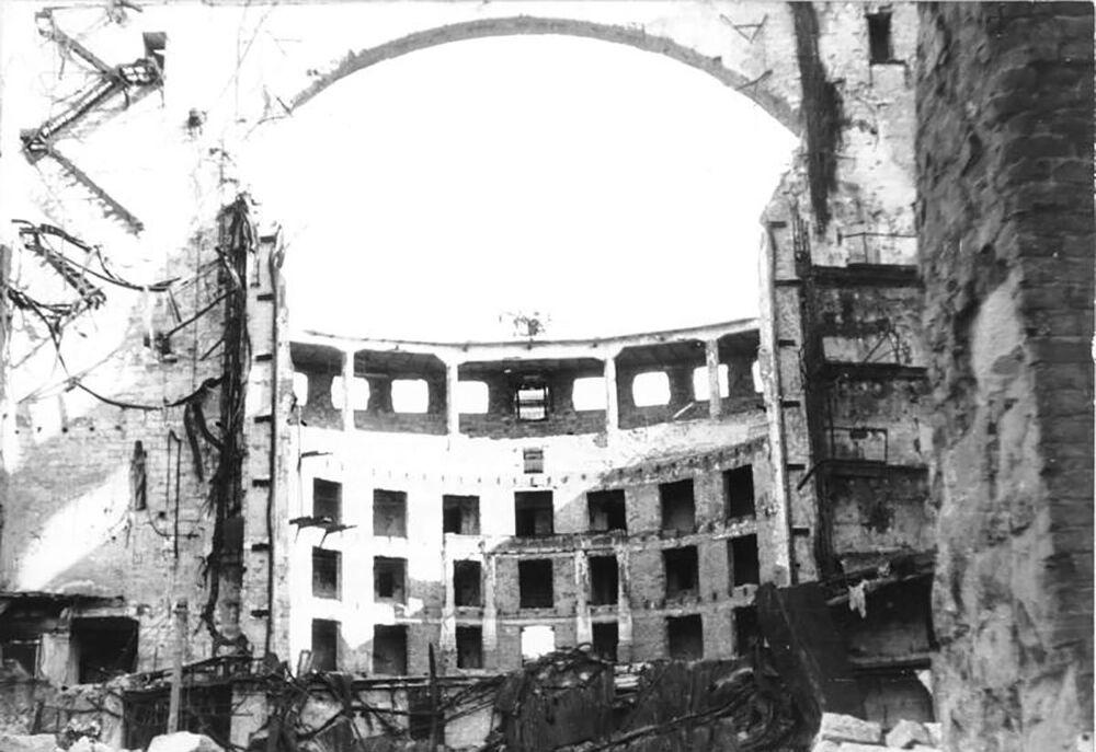 Alman arşivlerinde bulunan bu fotoğrafta  enkaza dönüşmüş Dresden Opera Tiyatrosu'nun bombardıman sonrası hali görüntülendi, 1945.