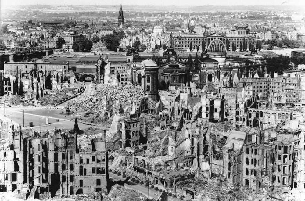 13 - 14 Şubat 1945 tarihlerinde  ABD ve  Birleşik Kraliyet Hava Kuvvetleri'nin bombardımanını yaşayan Dresden,  dakikalar içerisinde hayalet kente döndü. Hiroşima ve Nagazaki'den büyük olmasa da bu yıkım, Avrupa tarihinin en büyük kıyımı oldu.