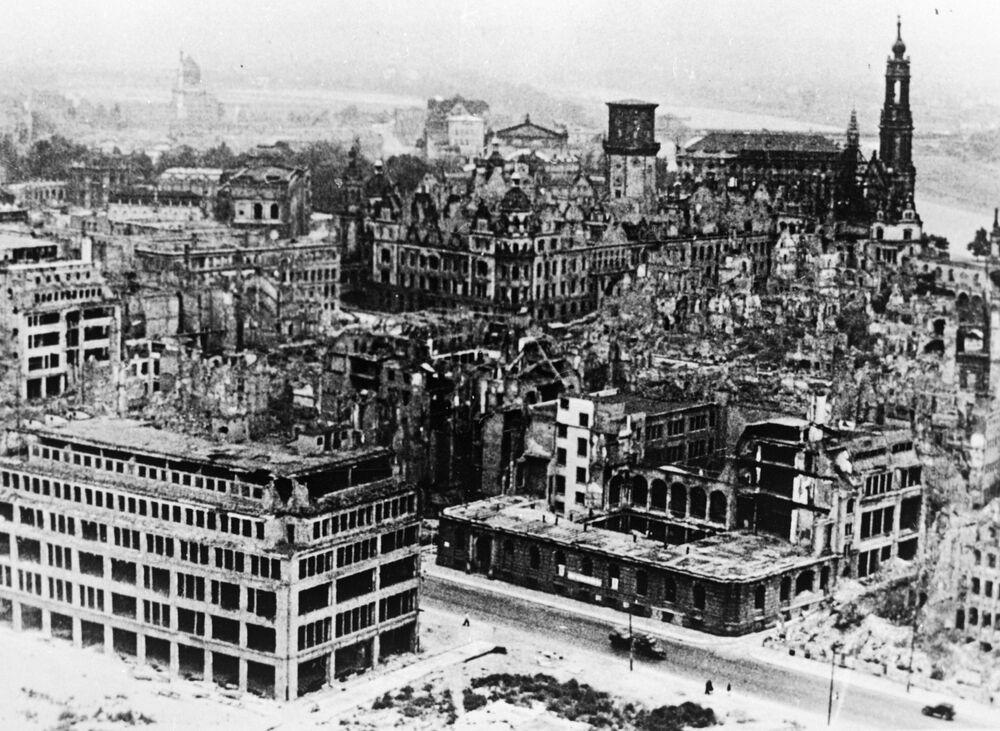 1951 yılında çekilen bu fotoğrafta görüldüğü gibi kentteki enkaz yıllarca kaldırılamadı.