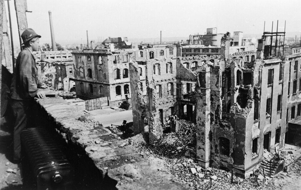 Dresden bombardımanı, yok edilen bir şehir ve katledilen binlerce siville beraber, yakın tarihin en büyük katliamları arasında yerini aldı.