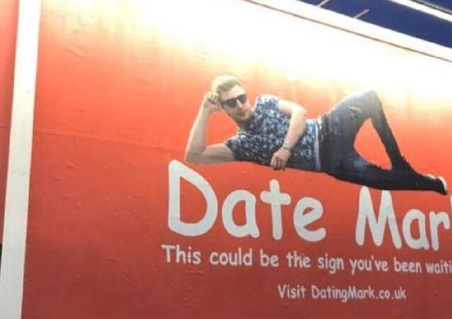 Reklam panosuna verdiği ilanla sevgili arayan Mark, 14 Şubat'a yalnız girmedi