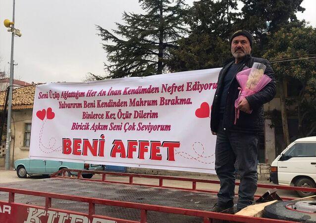 Burdur'da karısının iş yerinin önünde pankart açan koca, eşinin şikayeti üzerine emniyete götürüldü.