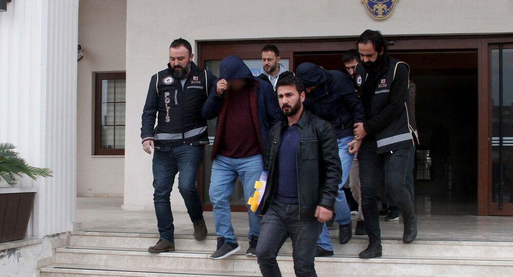 Muğla Fethiye merkezli Kocaeli ve Aydın'da gerçekleştirilen fuhuş operasyonunda adliyeye sevk edilen 9 şüpheliden 4'ü tutuklandı. Farklı uyruklardan 18 kadın İl Göç İdaresi Müdürlüğüne teslim edilerek sınır dışı edildi.