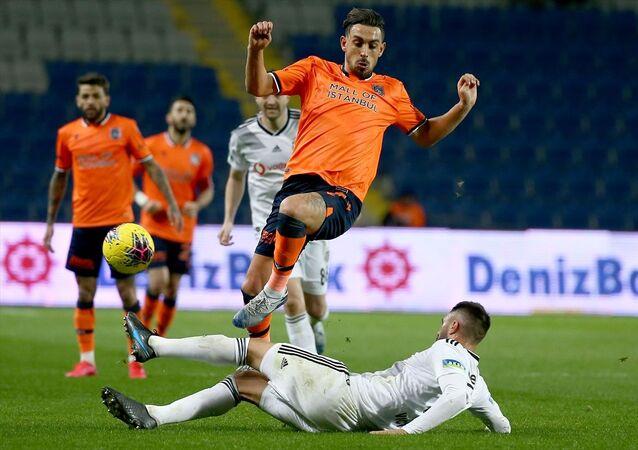 Medipol Başakşehir, Süper Lig'in 22. hafta maçında Beşiktaş ile Başakşehir Fatih Terim Stadı'nda karşılaştı. Medipol Başakşehirli futbolcu Alexandru Epureanu (sağda), bir pozisyonda Beşiktaş oyuncusu Burak Yılmaz (solda) ile mücadele etti.