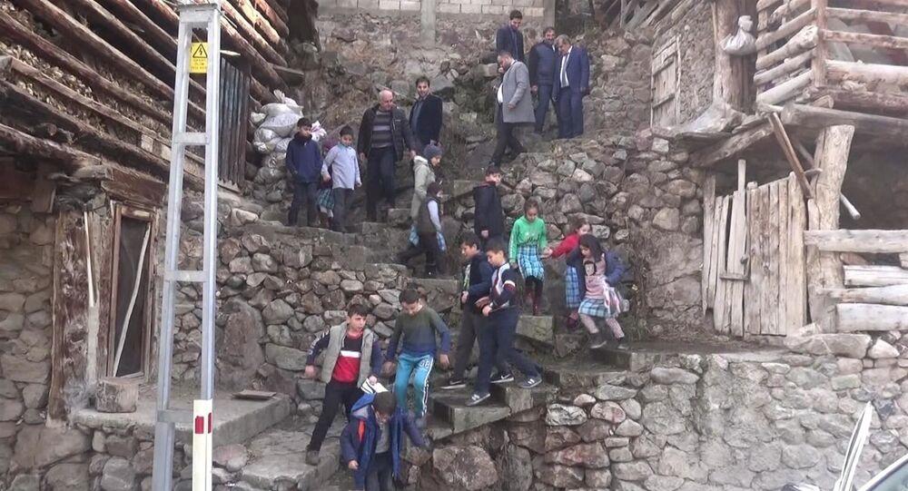 Artvin'in Yusufeli ilçesindeki Dereiçi İlkokulu'nda eğitim gören 94 öğrenci, okula ulaşmak için her gün 384 basamaklı merdiveni inip, çıkıyor. Okula araç yolu da olmasına rağmen öğrenciler, daha kısa sürede ulaştıkları için merdivenleri tercih ediyor.