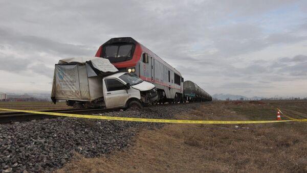 Afyonkarahisar'da geçtiğimiz hafta meydana gelen tren kazasının olduğu hemzemin geçitte trenin bir ekmek kamyonetine çarpması sonucunda 1 kişi hayatını kaybetti. - Sputnik Türkiye