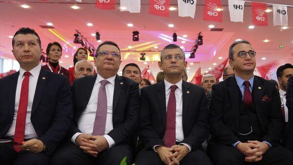 CHP Genel Başkan Yardımcısı Gülizar Biçer Karaca, CHP Grup Başkanvekili Özgür Özel (sağ2), CHP Parti Meclisi Üyesi Bülent Tezcan (sağ1)  - Sputnik Türkiye