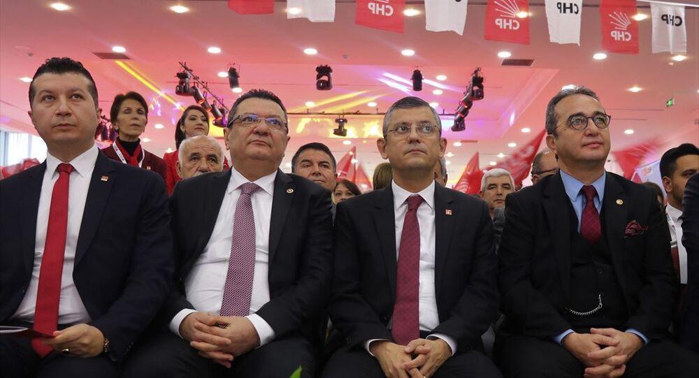 Burdur'da Cumhuriyet Yaşam Merkezi'nde düzenlenen CHP Burdur İl Başkanlığı 37. Olağan Kongresi'ne CHP Genel Başkan Yardımcısı Gülizar Biçer Karaca, CHP Grup Başkanvekili Özgür Özel (sağ2), CHP Parti Meclisi Üyesi Bülent Tezcan (sağ1) katıldı.