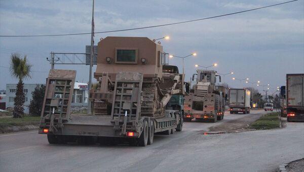 Türk Silahlı Kuvvetlerince Suriye sınırındaki birliklere obüs, tank, mühimmat ve zırhlı iş makineleri sevk edildi - Sputnik Türkiye