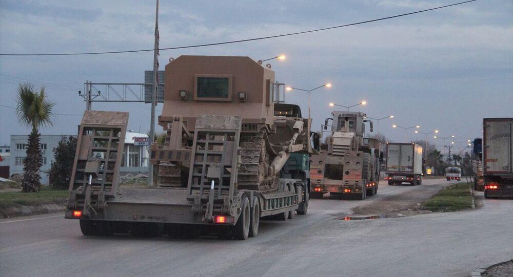 Türk Silahlı Kuvvetlerince Suriye sınırındaki birliklere obüs, tank, mühimmat ve zırhlı iş makineleri sevk edildi