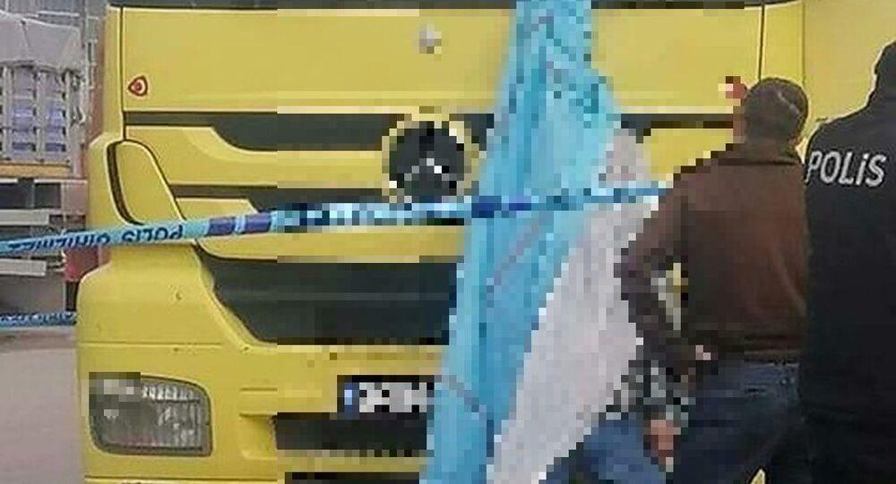 Konya'da evli ve iki çocuk babası kamyon şoförü 37 yaşındaki Mevlüt Çankaya'nın maddi sıkıntılar nedeniyle Konya Kamyon Garajı'da intihar ettiği belirtildi.