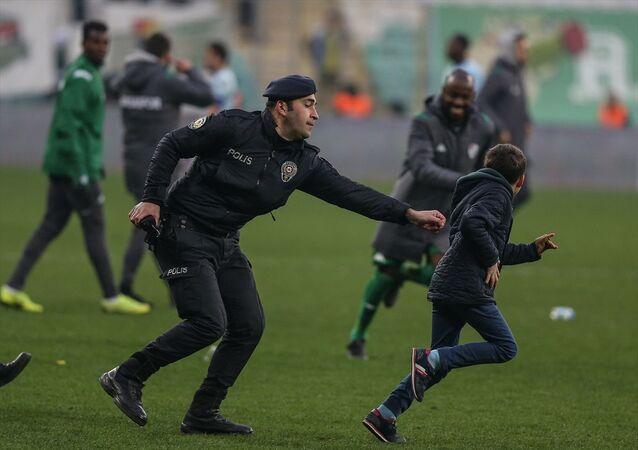 TFF 1. Lig'in 22. haftasında Bursaspor'un Adana Demirspor'u 2-1 yendiği maçın ardından sahaya giren ve polisi peşinden koşturan Bursasporlu küçük taraftarı, futbolculardan Traore yakaladı.Polisin çocuğu kovaladığını gören futbolculardan Traore, emniyet güçlerinden önce çocuğu yakalayıp sarıldı. Gülümseten anların yaşandığı sahada Traore, küçük taraftara üzerindeki formayı hediye etti. Traore, daha sonra çocuğu saha kenarına çıkardı.