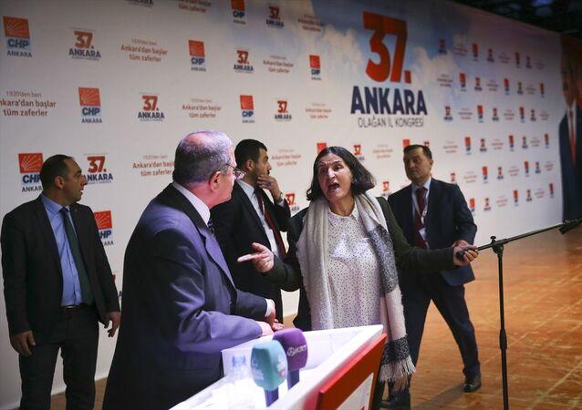 Cumhuriyet Halk Partisi (CHP) 37. Ankara Olağan İl Kongresi, Nazım Hikmet Kültür Merkezi'nde gerçekleştirildi. Kongrede delege Tevfik Koçak'ın konuşması salondakilerin tepkisine neden oldu. Yaşanan kısa süreli tartışmanın ardından Koçak, konuşmasını sonlandırdı.
