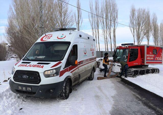 Ağrı'nın Taşlıçay ilçesinde hasta kurtarmaya giderken kara saplanan araçta mahsur kalan 112 Acil Sağlık ekipleri, paletli ambulansla kurtarıldı.