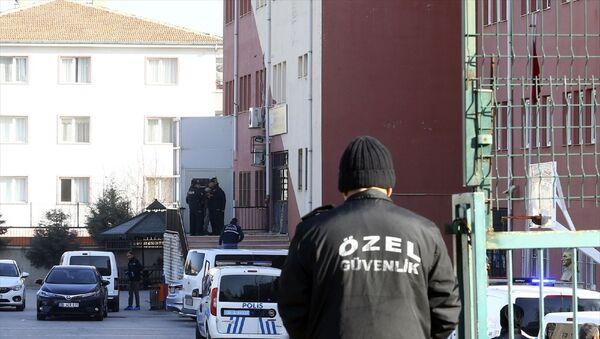 Ankara'da bir okulun güvenlik görevlisi, tartıştığı okul müdürünü silahla yaraladıktan sonra intihar girişiminde bulundu. Polis ekipleri olay yerinde çalışma yaptı. - Sputnik Türkiye