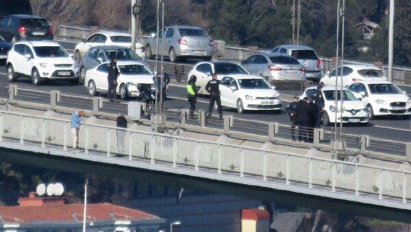 15 Temmuz Şehitler Köprüsü korkuluklarına çıkan bir kişi intihar girişiminde bulundu.  - Sputnik Türkiye
